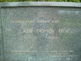 u pomníku